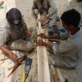 010   Ayaz al-Zadjali, Naser al-Falahi and As'ad al-Hadidi making the oar for the sewn boat