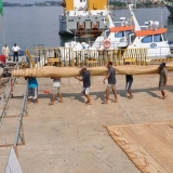 077   Crew members carry the heavy matting sails to the Jewel of Muscat
