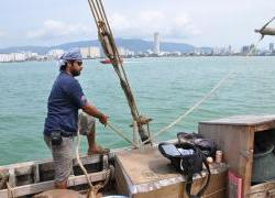 DSC_0108 Ayaz Al Zadjali tightens a rope as the ship glides past Penang_2.time line