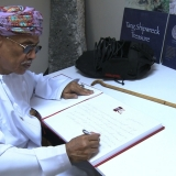 048   HE Abd al-Aziz signs the visitors۪ book