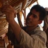 15   ساجد ماداثيل أحد صناع الحبال أثناء تفقده ثقوب التشبي
