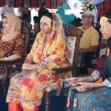 011   فتيات عمانيات شابات يرتدين الزي التقليدي