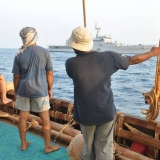 143   Jewel's crew watches the arrival of the Indian Navy
