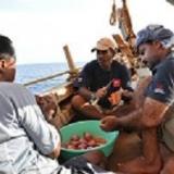 009   أدم البلوشي وحسين الرئيسي والقبطان صالح يجهزان طعام العشاء