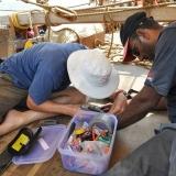 019   ألي غيدوني وأحمد البلوشي يقومان بإصلاح ألواح الطاقة الشمسية