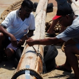 122   Tuanie Ismail and Mylei remove wiring from the old mast