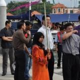 04   فتاة ماليزية بالزي التقليدي ضمن فريق اللوجستيين الماليزي