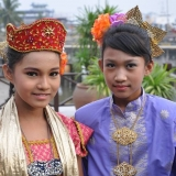 045   Nur Pieka (left) and Noor Marlisa came all the way from Kuala Lumpur to greet the Jewel