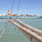 005   سفينة تجارية حديثة من القرن الحادي والعشرين تحمل آلاف الحاويات