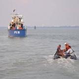 012   القبطان صالح وأفراد الطاقم يزورون السفينة الماليزية المرافقة PX 19