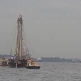 017   قاطرتان تساعدان الجوهرة في الدخول إلى الميناء