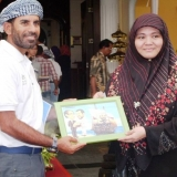163   Captain Saleh Al Jabri receiving a gift from Shareah Mokhtar